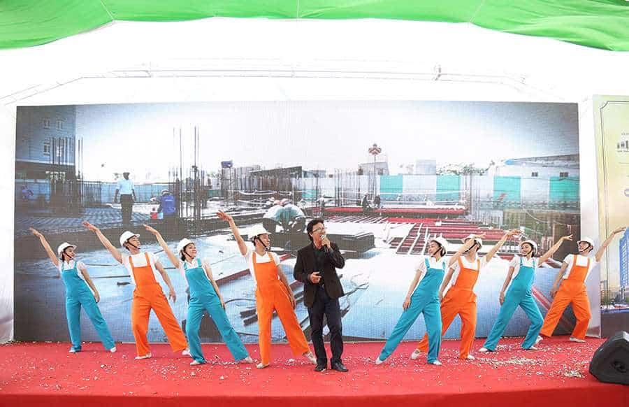 Ca sĩ Cao Minh cùng vũ đoàn trong phần thể hiện ca khúc Bài ca xây dựng