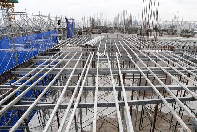 Đang xây tường bao căn hộ tầng 4 block A; Tầng 3 block B, C, D Sky Center