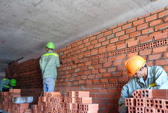 Xây tường bao tầng 24 block A và block B