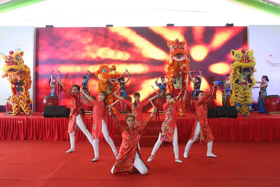 Chương trình được mở màn bằng tiết mục múa trống hội sôi động của đội lân sư rồng