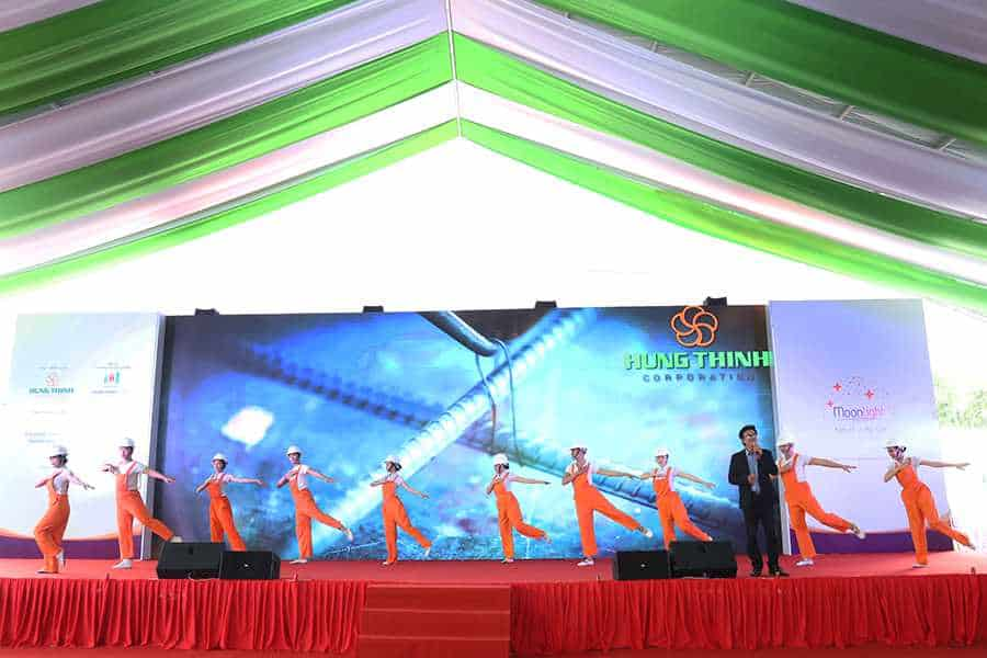 """Ca khúc """"Bài ca xây dựng"""" do ca sĩ Cao Minh trình bày một lần nữa vang lên trong lễ công bố dự án của Hung Thinh Corp bởi lời bài hát cũng chính là những tâm huyết mà Ban lãnh đạo Công ty muốn gửi đến Quý khách hàng, Quý đối tác"""