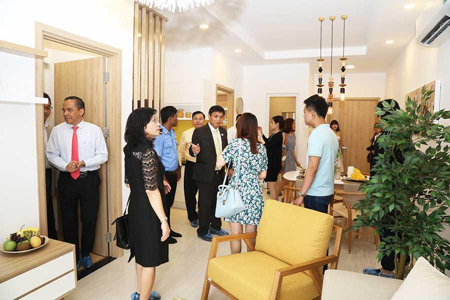 Ông Lê Hoàng Châu cùng các vị khách mời, các Công ty đối tác và Ban lãnh đạo Công ty tham quan tìm hiểu về căn hộ mẫu Moonlight Residences
