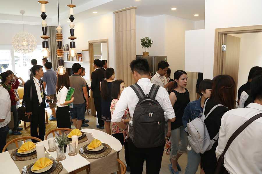 Khách hàng tham quan phòng khách căn hộ mẫu Moonlight Residences
