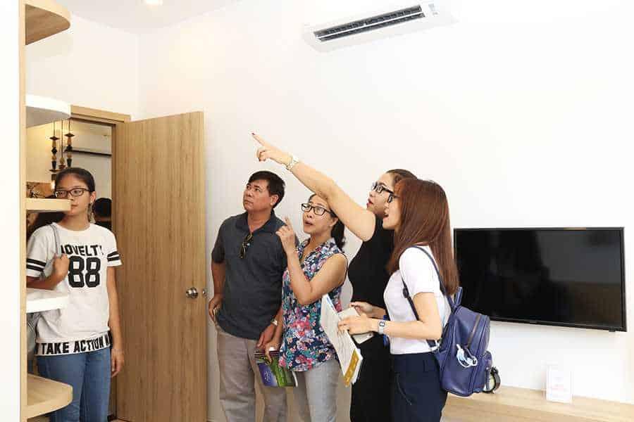 Khách hàng tham quan phòng ngủ chính căn hộ mẫu Moonlight Residences