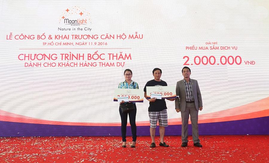 Ông Bùi Ngọc Sơn – Phó Tổng giám đốc Hung Thinh Land trao giải thưởng là voucher mua sắm trị giá 02 triệu đồng cho các khách hàng tham dự may mắn trúng thưởng