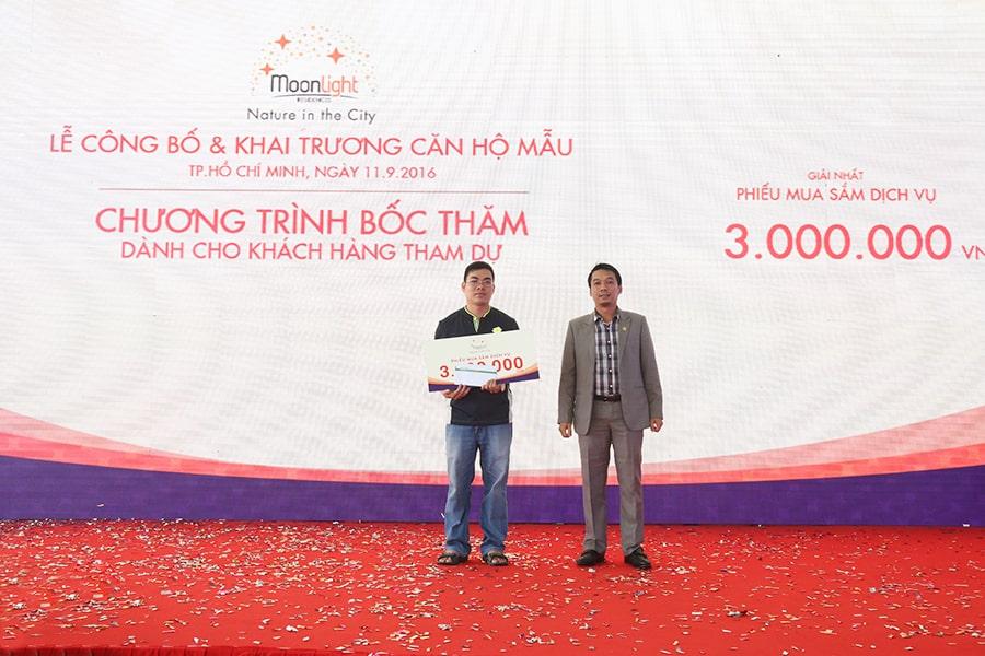 Ông Bùi Ngọc Sơn trao giải thưởng là voucher mua sắm trị giá 03 triệu đồng cho khách hàng tham dự may mắn nhất