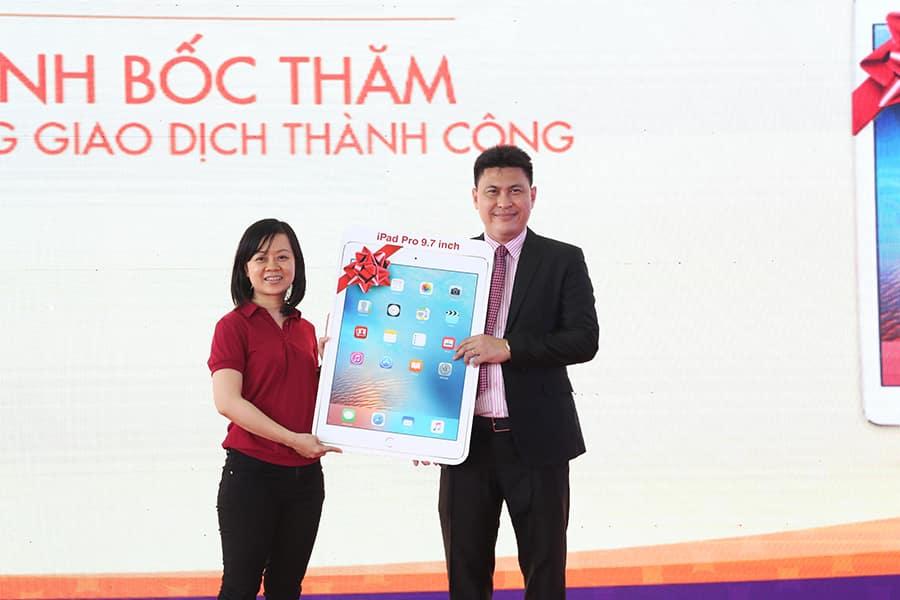 Ông Nguyễn Nam Hiền – Tổng giám đốc Hung Thinh Land trao giải thưởng là máy tính bảng Ipad Pro cho khách hàng giao dịch thành công và may mắn trúng thưởng