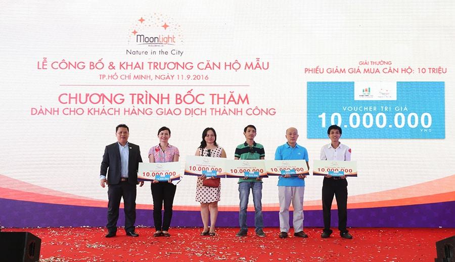 Ông Nguyễn Quốc Quang – Tổng giám đốc Sàn Phú Nhuận trao giải thưởng cho các khách hàng giao dịch thành công và may mắn trúng thưởng voucher trị giá 10 triệu đồng (giá trị voucher được giảm trực tiếp trên hợp đồng giao dịch của khách hàng)