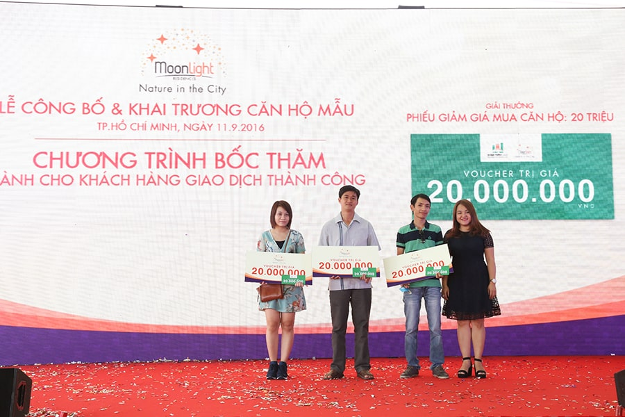 Bà Trần Thị Phương Uyên trao giải thưởng cho các khách hàng giao dịch thành công và may mắn trúng thưởng voucher trị giá 20 triệu đồng (giá trị voucher được giảm trực tiếp trên hợp đồng giao dịch của khách hàng)