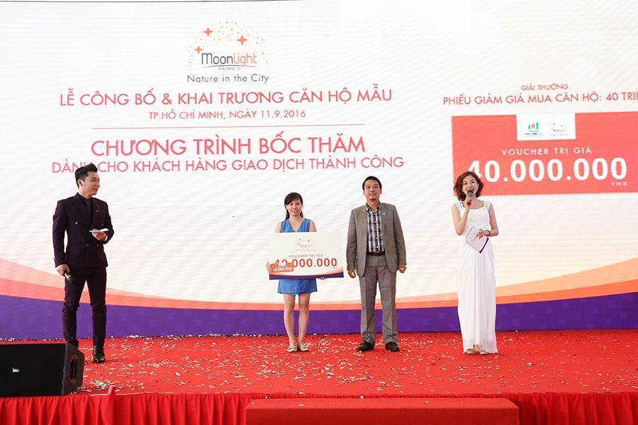 Ông Bùi Ngọc Sơn trao giải thưởng cho khách hàng giao dịch thành công và may mắn nhất đã trúng thưởng voucher trị giá 40 triệu đồng (giá trị voucher được giảm trực tiếp trên hợp đồng giao dịch của khách hàng)