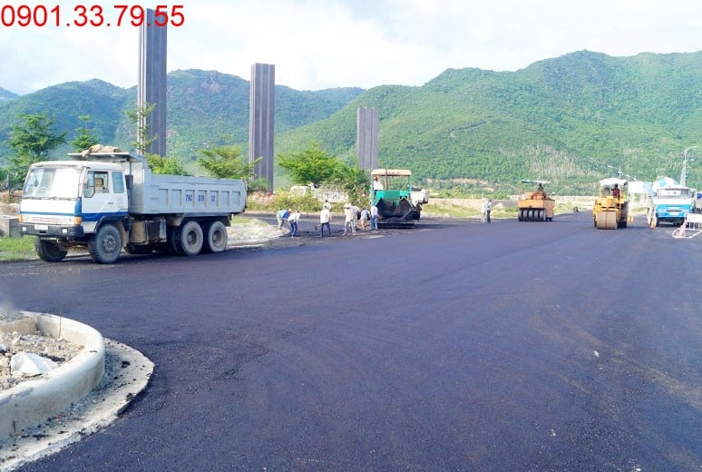 Công tác thi công thảm nhựa tại nút giao đường N2 Golden Bay
