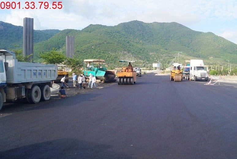 Công tác thi công thảm nhựa tại nút giao đường N2 dự án Golden Bay