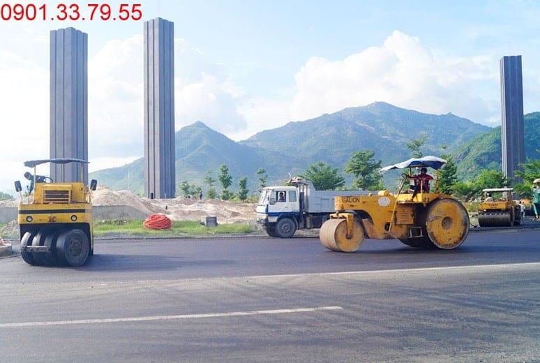Công tác thi công thảm nhựa tại nút giao đường N2 Golden Bay Cam Ranh