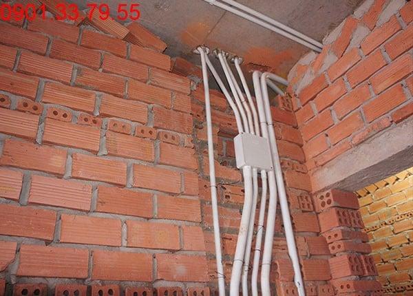 Lắp ổ điện và đi đường ống tầng 6 block C,D căn hộ Sky Center Phổ Quang