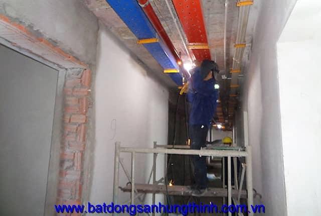 Lắp đặt hệ thống máng điện từ tầng 6 đến tầng 11 block A, từ tầng 6 đến tầng 13 block B can ho Vũng Tàu Melody Hưng Thịnh