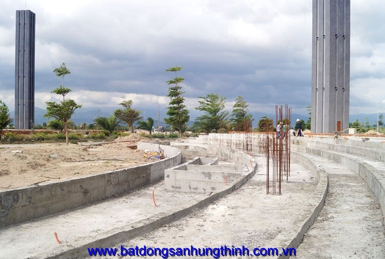 Công tác thi công đổ bê tông móng hồ phun nước trụ cổng chào Golden Bay