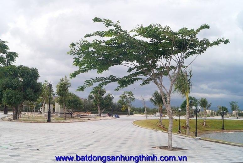 Công tác thi công lát đá hồ cảnh quan khu D17 Golden Bay Cam Ranh