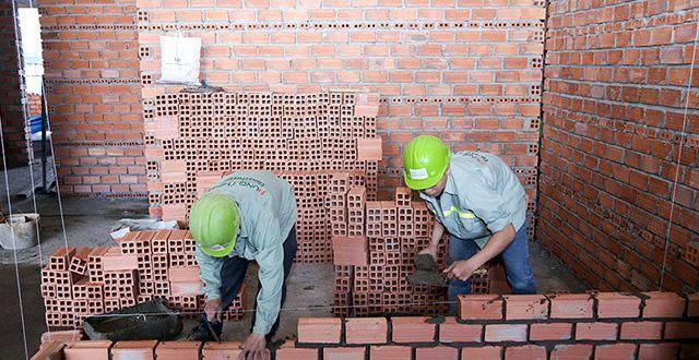 Thi công xây tường bao căn hộ đến tầng 18 - Block D chung cư Florita quận 7