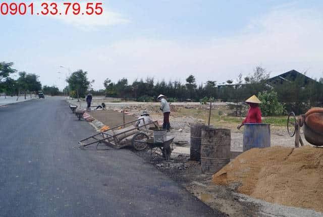 Công tác thi công lót gạch vỉa hè đường N9 - khu D17 dự án Golden Bay Cam Ranh