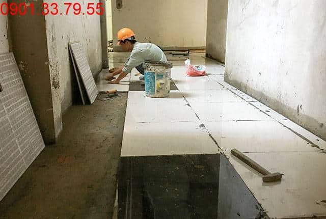 Công tác lát gạch hành lang từ tầng 7 đến tầng 13 block A chung cư Vũng Tàu Melody Hưng Thịnh