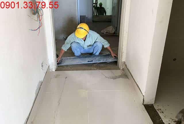 Công tác lắp đặt ngạch cửa từ tầng 7 đến tầng 16 block A căn hộ chung cư Vũng Tàu Melody Hưng Thịnh