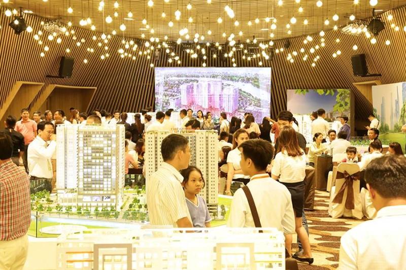 1_ Càng đến những ngày cuối cùng của tuần lễ triển lãm, lượng khách hàng đến với sự kiện ngày càng đông.jpg