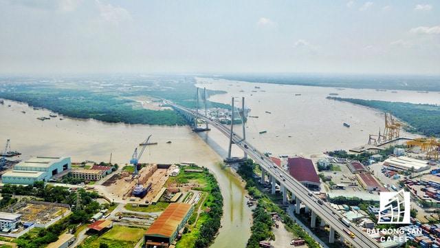 Khu cảng Rau quả Sài Gòn nằm dọc bờ sông Sài Gòn. Dù nơi đây đã có cầu Phú Mỹ nhưng lưu lượng xe ra vào cảng quá lớn vẫn làm tắc nghẽn giao thông thường xuyên