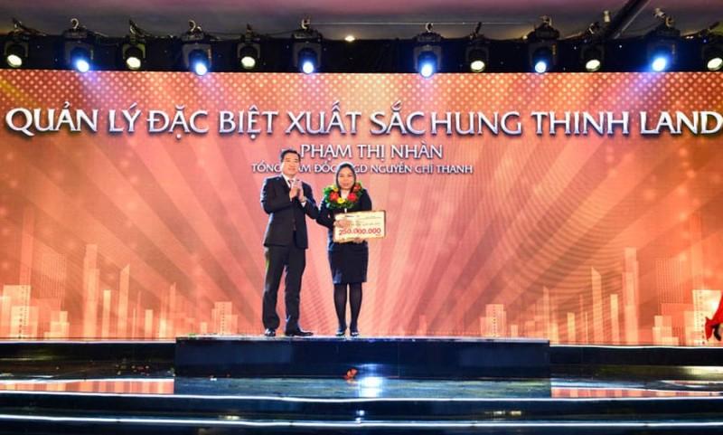 Bà Phạm Thị Nhàn – Tổng Giám đốc Sàn Nguyễn Chí Thanh – Quản lý đặc biệt xuất sắc Hung Thinh Land năm 2017