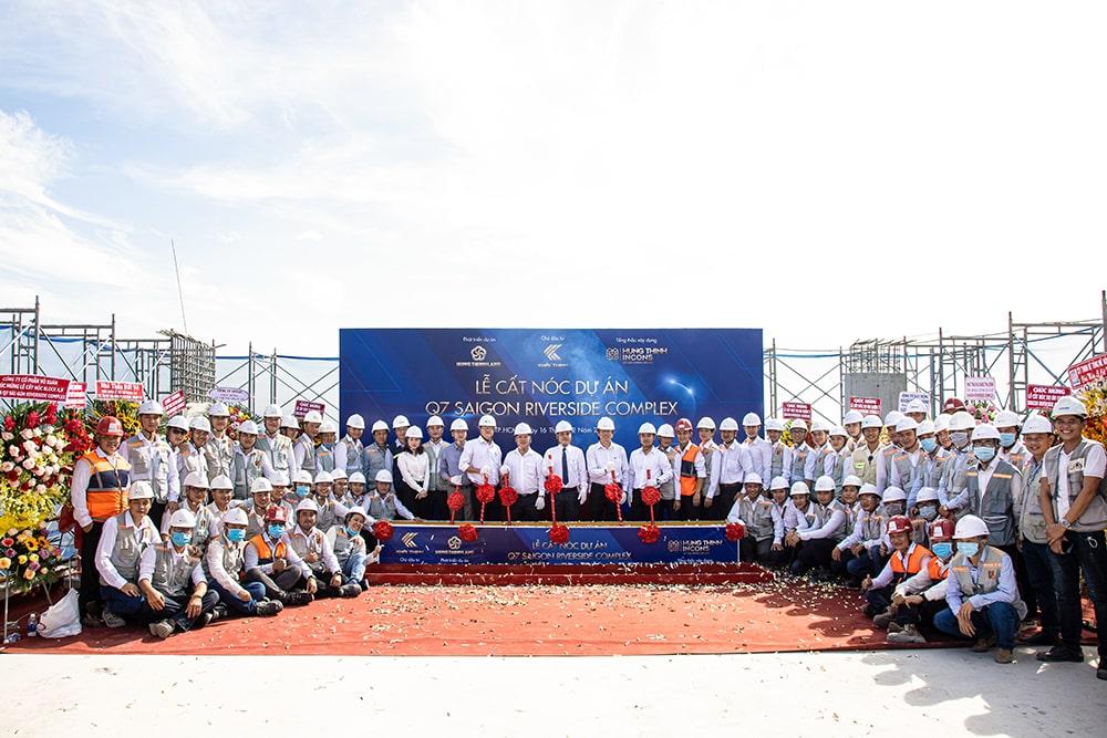 Ban lãnh đạo Công ty cùng đại diện Ban quản lý dự án, Ban chỉ huy công trình chụp hình lưu niệm tại Lễ cất nóc